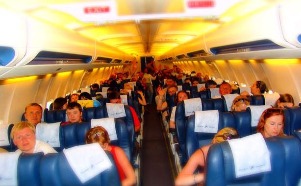 Los investigadores han analizado las conductas, movimientos y transmisión de enfermedades respiratorias mediadas por gotitas durante vuelos transcontinentales. / Torange.biz