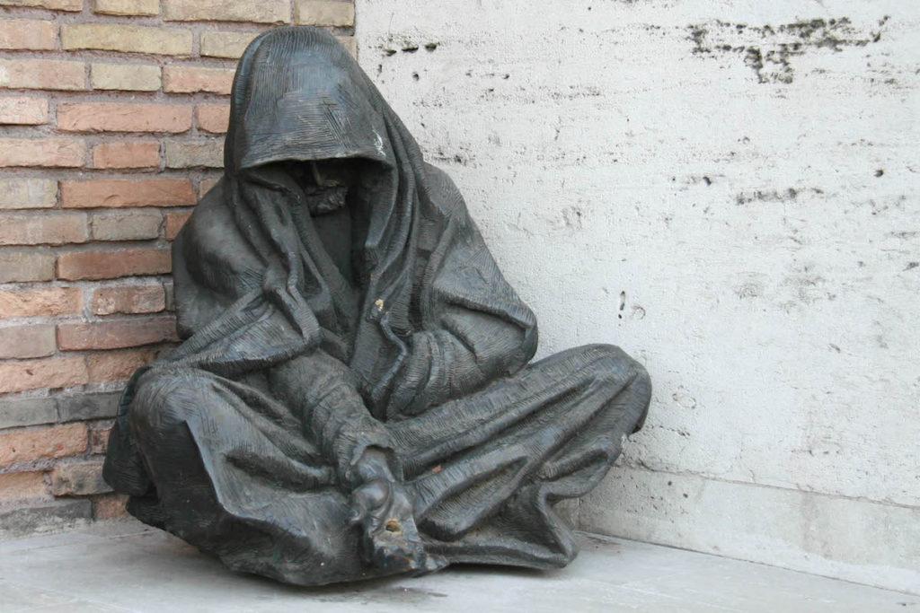 Estatua de mendigo en Roma