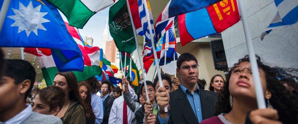 Estudiantes con banderas de los estados miembros de la ONU en la celebracion del Dia Internacional de la Paz 2015