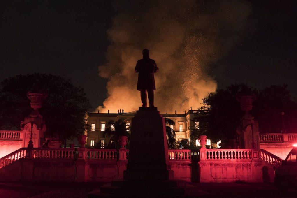 Luces y resplandor de llamas en el Museo Nacional de Brasil
