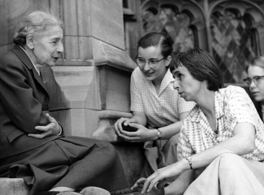 Lise Meitner con estudiantes (Sue Jones Swisher, Rosalie Hoyt and Danna Pearson McDonough)- Cortesía de Bryn Mawr College, abril 1959