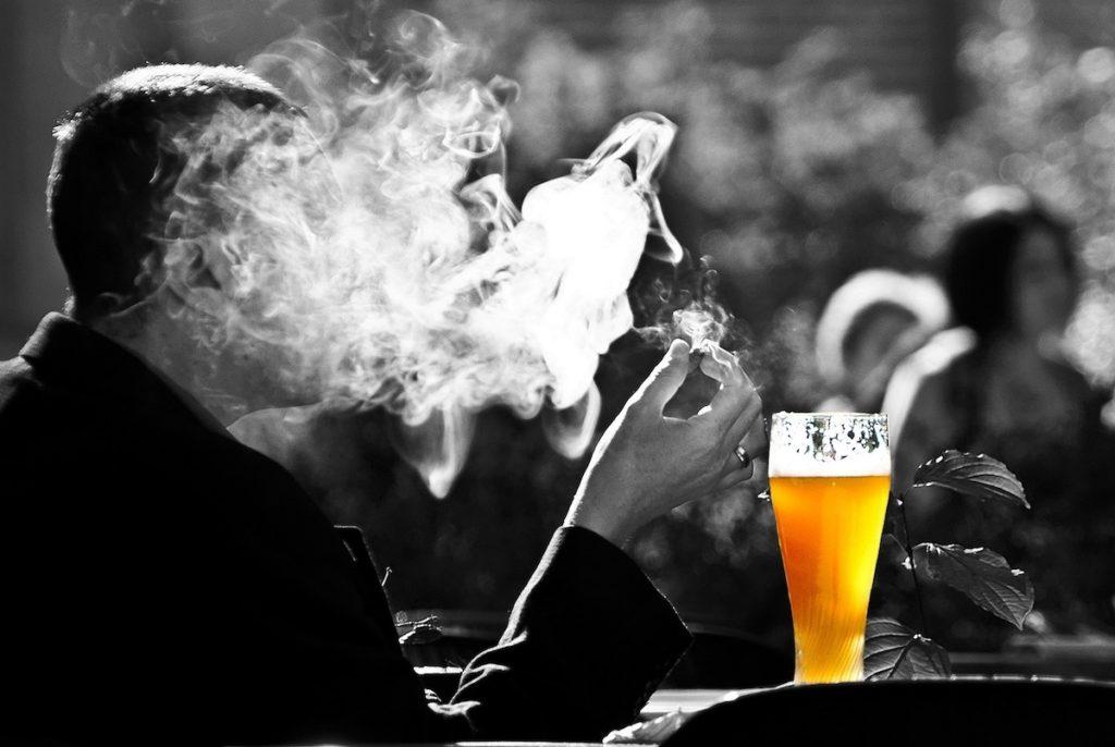 Un cigarro y una cerveza- Pixabay