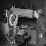John Logie Baird, viendo las pruebas para la primera transmisión de imágenes por televisión