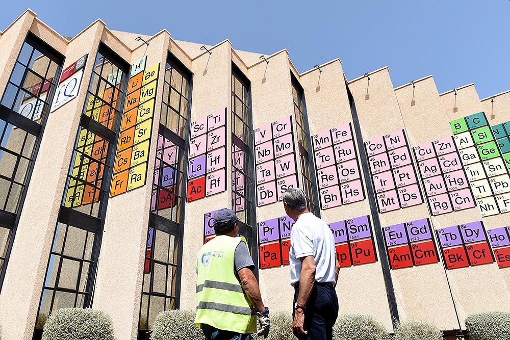 La tabla periódica más grande del mundo, en la fachada de la Facultad de Química de la Universidad de Murcia- UM