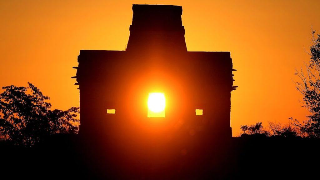 Paso del Sol por el pórtico del Templo de las Siete Muñecas, Zona Arqueológica de Dzibilchaltún, Yucatán