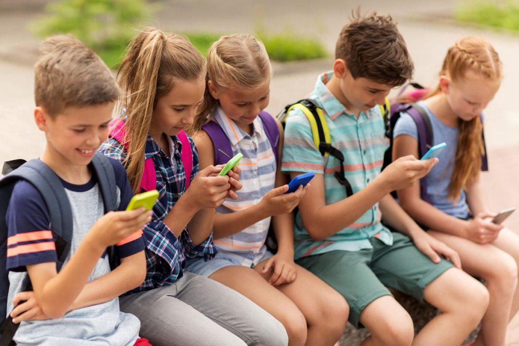 Niños usando el teléfono celular