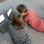Adolescentes con computadoras