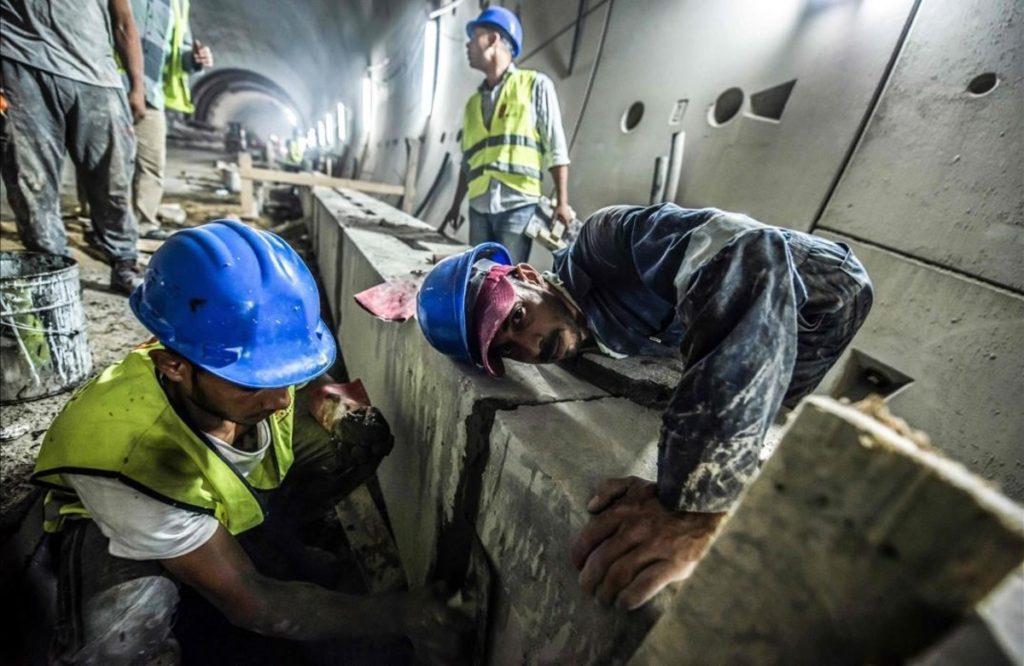 Trabajadores en el túnel del Canal de Suez