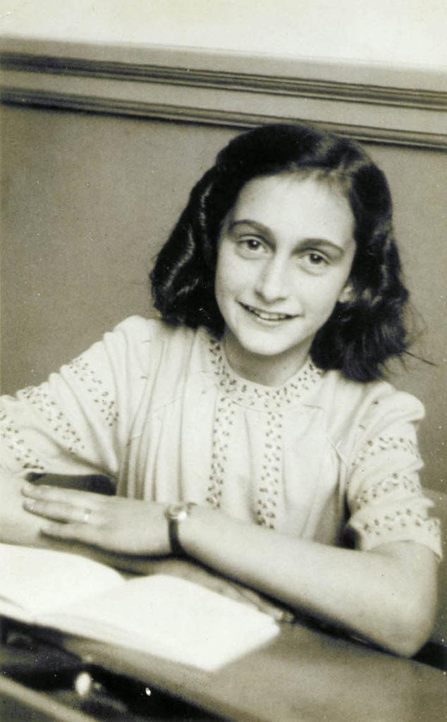 Ana Frank en una fotografía escolar a fines de 1941