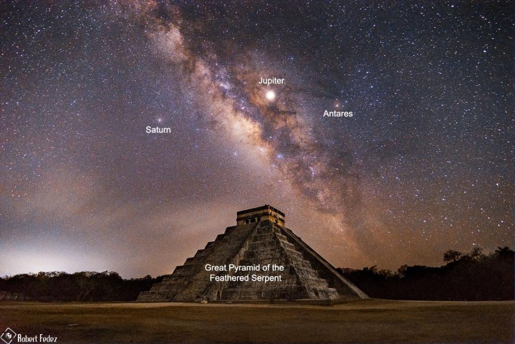 Vía Láctea sobre la pirámide de Kukulkán en Chichén Itza, México