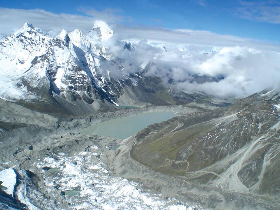 Changri Nup, un glaciar cubierto de detritos en la región del Everest. / Josh Maurer