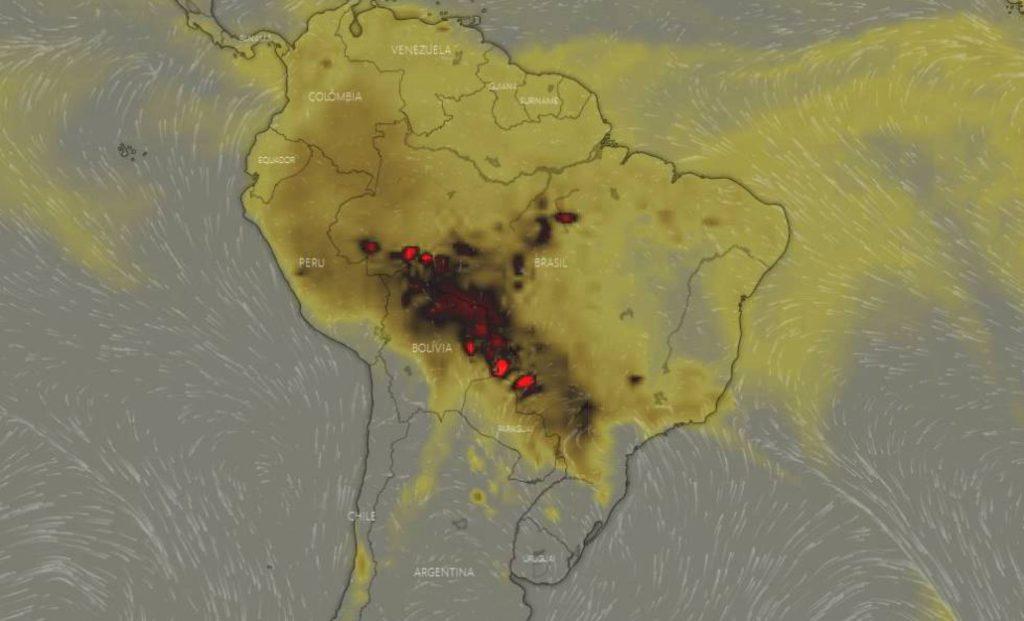 En la imagen del 19 de agosto, unas manchas rojas muestran una alta concentración en la atmósfera de monóxido de carbono (CO) en los Estados del Acre, Rondonia, Mato Grosso y Mato Grosso del Sur, pasando por Bolivia y Paraguay, debida a los incendios. WINDY.COM
