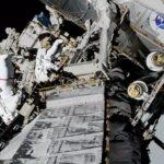 Christina Koch y Jessica Meir, de la NASA, en la primera caminata espacial femenina, el 18 de octubre de 2019