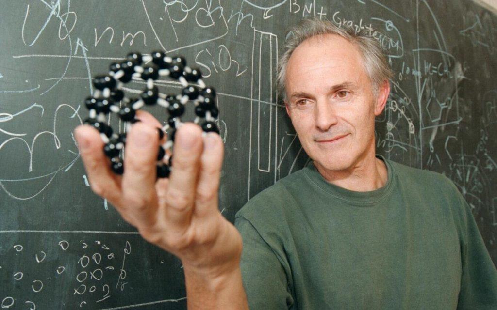 Harold Kroto, Nobel de Fisíca 1996, con una imagen de estructura de fullereno