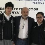 Los jóvenes creadores del bioinsecticida y su tutor