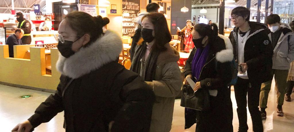 Pasajeros con mascarillas contra el coronavirus en el aeropuerto internacional de Chengdu Shuangliu en China- ONU